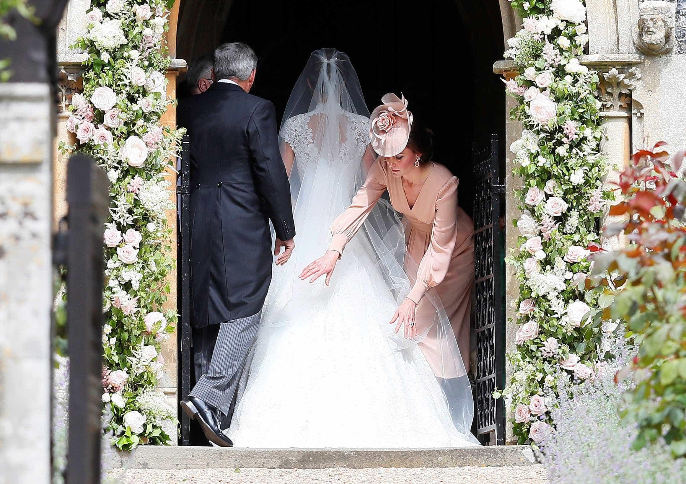 Pippa Middleton já chegou à igreja e o vestido foi, finalmente, revelado -