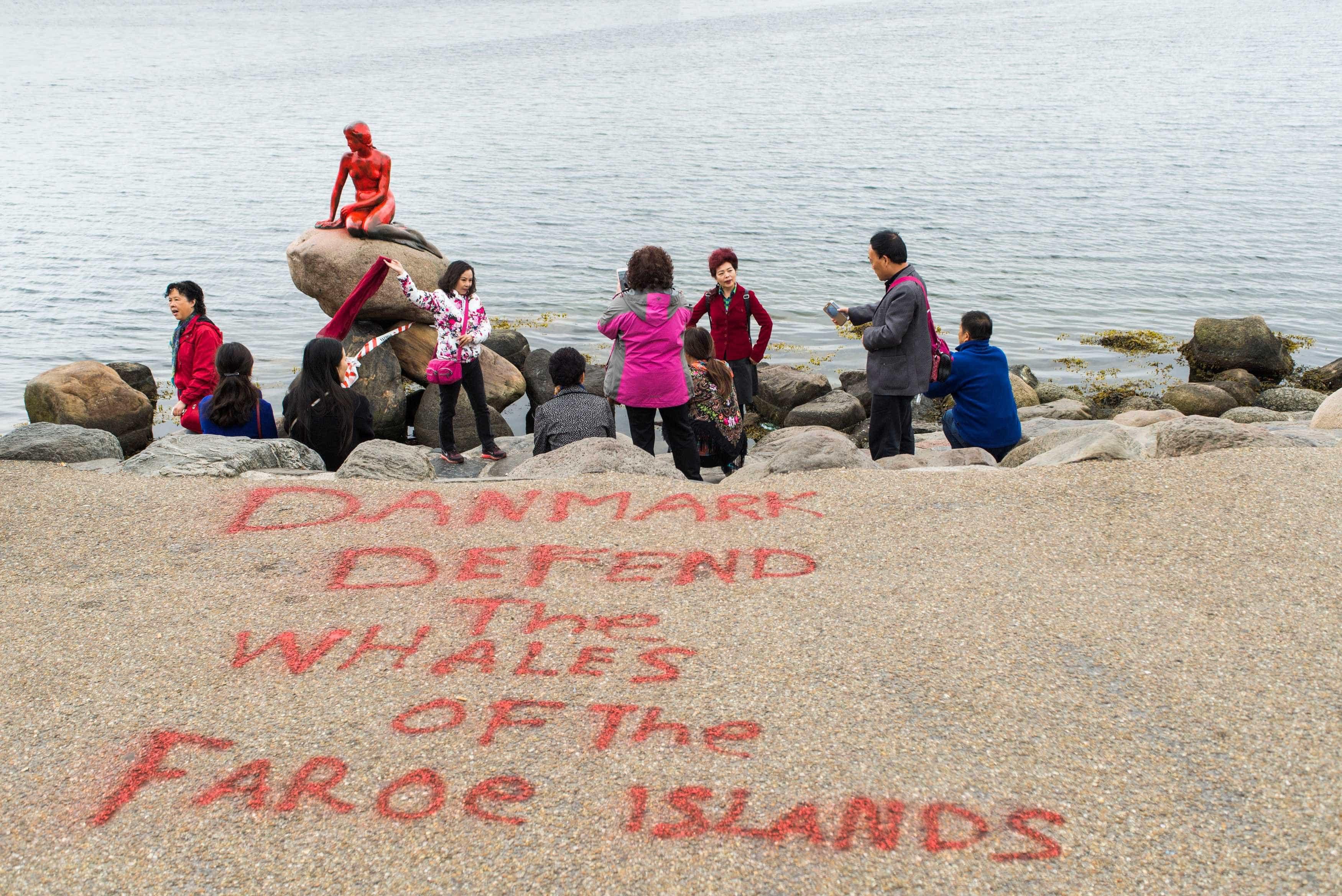 Pequena Sereia de Copenhague é vandalizada em defesa da causa animal